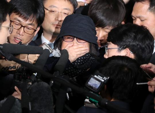 Bà Choi Soon-sil trong vòng vây phóng viên bên ngoài văn phòng công tố tại thủ đô Seoul vào ngày 31-10 Ảnh: Reuters