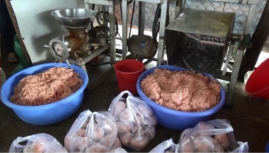Số chả cá trộn hàn the và thịt heo chưa qua kiểm dịch bị phát hiện