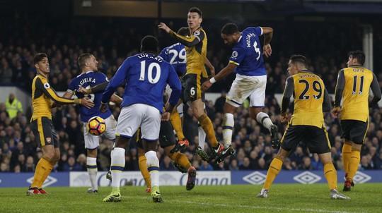 Williams (5) đánh đầu ghi bàn quyết định giúp Everton lội ngược dòng thắng Arsenal Ảnh: REUTERS