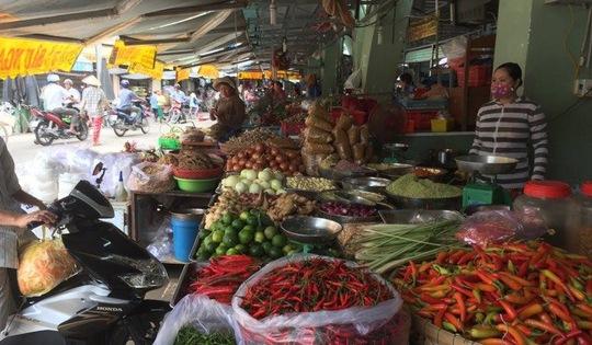 ...Hàng trăm tiểu thương ở chợ Long Xuyên như được sống lại sau quyết định không ép di dời của Bí thư Thành ủy Long Xuyên.