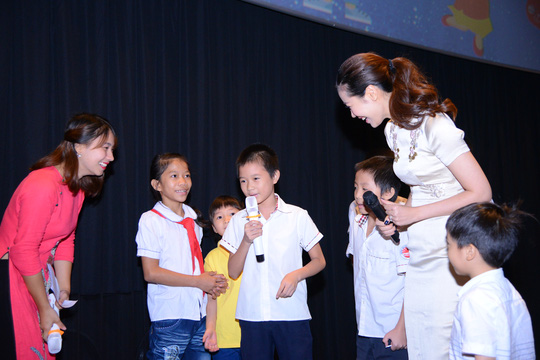 Hoa hậu Dương Thùy Linh trao quà cho các bé