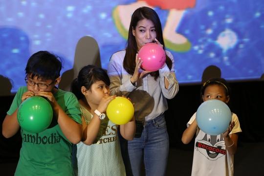 Cô nhiệt tình chơi đùa cùng các bé