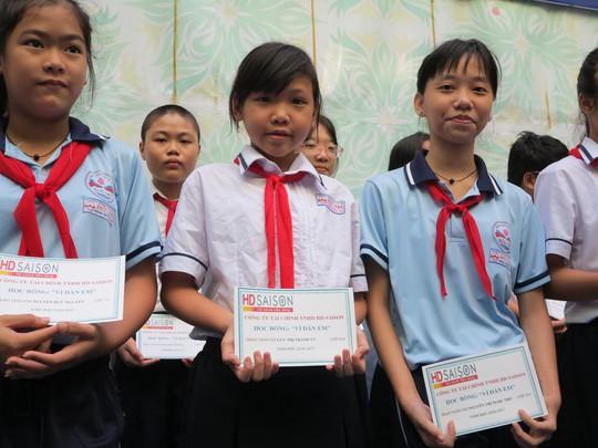 Các em học sinh trường THCS Đức Trí nhận hoc bổng của HD SAISON