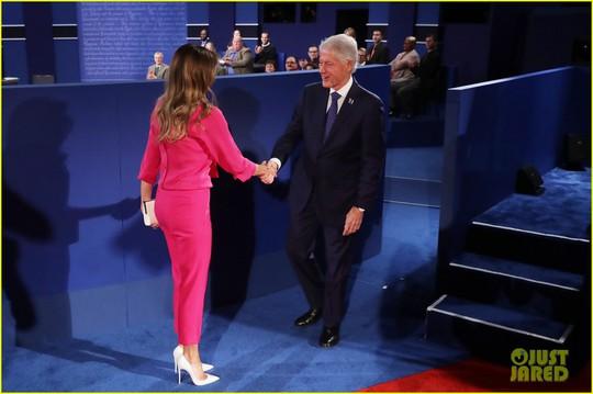Bà Melania bắt tay ông Clinton trong đêm tranh luận 9-10. Ảnh: Just Jared