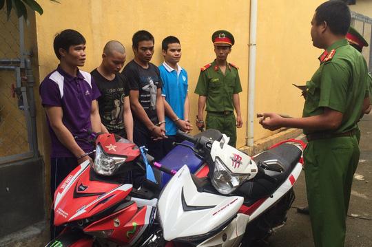 Băng cướp 4 anh em bên 2 chiếc xe máy mà chúng cướp giật và trộm cắp