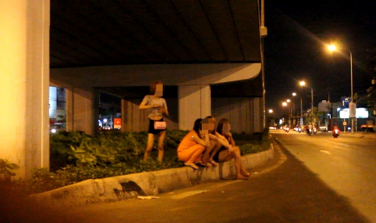 Những cô gái bán dâm ở khu vực cầu vượt Amata