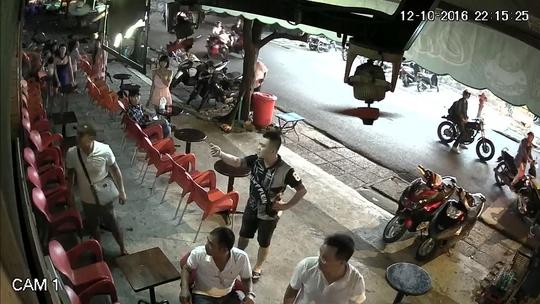 Camera ghi lại hình ảnh một số đối tượng đến quán cà phê ông Luân đập phá