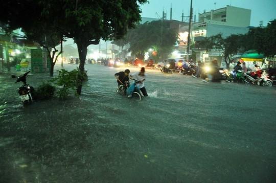 Đường Tây Thạnh (quận Tân Phú, TP HCM) mênh mông nước trong cơn mưa chiều 26-9Ảnh: Gia Minh