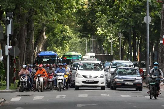 """Theo Nghị định 46/2016/NĐ-CP, """"không chấp hành hiệu lệnh của đèn tín hiệu giao thông"""", người điều khiển xe máy bị phạt từ 300.000-400.000 đồng; ô tô từ 1,2-2 triệu đồngẢnh: Hoàng Triều"""