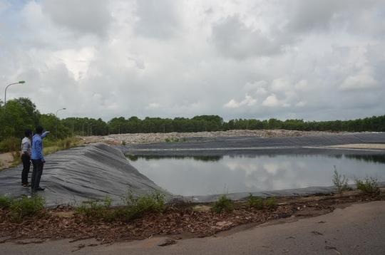 Vào mùa mưa, các hố chứa rác bị ngập và có nguy cơ tràn ra ngoài