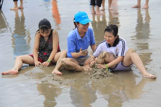 Các em thích thú chơi đùa, xây lâu đài cát trên biển cùng các tình nguyện viên Lữ hành Saigontourist