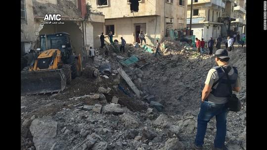 Bệnh viện M10 ở TP Aleppo - Syria bị ném bom hôm 3-10 Ảnh: AMC