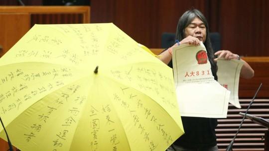 Nghị sĩ tóc dài thậm chí còn xé Luật Cơ bản. Ảnh: SCMP