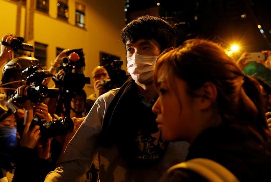 Hai nhà lập pháp trúng cử Baggio Leung và Yau Wai-ching (phải) tham gia biểu tình tối 6-11 Ảnh: REUTERS