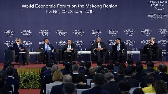 Thủ tướng Nguyễn Xuân Phúc cùng Tổng thống Myanmar - Htin Kyaw, Thủ tướng Lào Thongloun Sisoulith, Thủ tướng Campuchia Samdech Techo Hunsen, Phó Thủ tướng Thái Lan - Somkid Jatusripitak, Giám đốc điều hành WEF - Richard Samans cùng trao đổi tại phiên khai mạc WEF-Mekong ngày 25-10