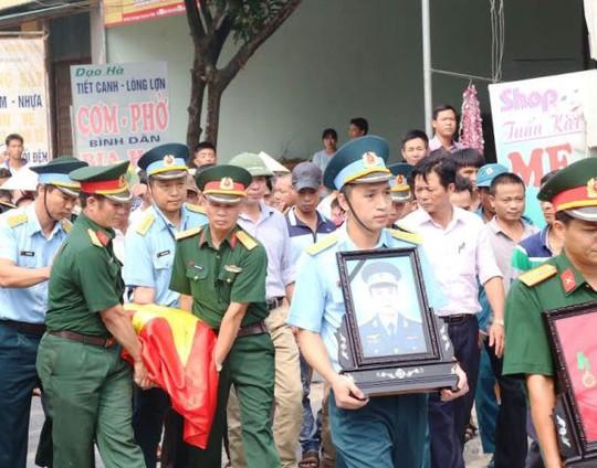 Tại quê nhà xã Thanh Nguyên, huyện Thanh Liêm, tỉnh Hà Nam, tro cốt và di ảnh của thượng úy Đặng Đình Duy đã được đưa về nhà lúc 10 giờ sáng ngày 22-10