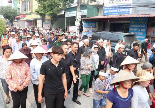 Rất đông người dân đã tới tiễn đưa phi công Đặng Đình Duy về nơi yên nghỉ cuối cùng
