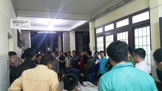 Một nạn nhân được đưa tới bệnh viện trong đêm 12-12
