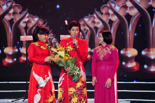 Nghệ sĩ Hoài Linh nhận giải thành tựu Mai Vàng 20 năm tại lễ trao Giải Mai Vàng 20. Ảnh: BTC