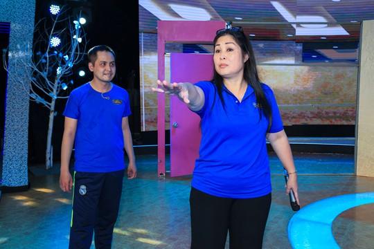 NSND Hồng Vân vất vả cùng môn sinh Hoàng Linh trên sàn tập để đưa kịch kinh dị lên sân khấu Tiếu lâm tứ trụ.