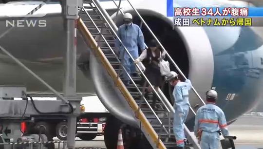 Lực lượng chức năng Nhật Bản tiếp cận máy bay sau khi hạ cánh xuống sân bay Narita, Tokyo - Ảnh: ANN News