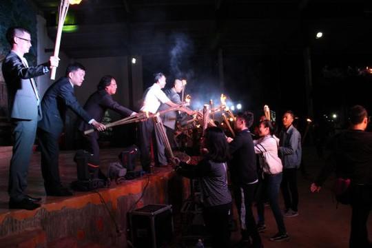 Khoảnh khắc ý nghĩa của nghi thức truyền lửa