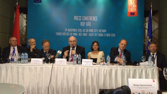 Ông Phil Hogan phát biểu tại buổi họp báo trưa 4-11