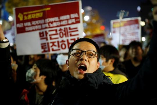 Người biểu tình tối 29-10 tại Seoul. Ảnh: Reuters
