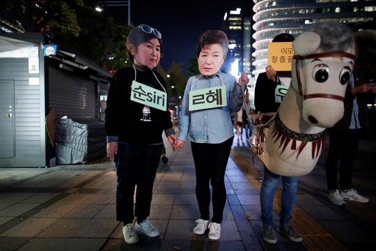Người biểu tình hóa trang thành bà Choi (trái) và bà Park. Ảnh: Reuters