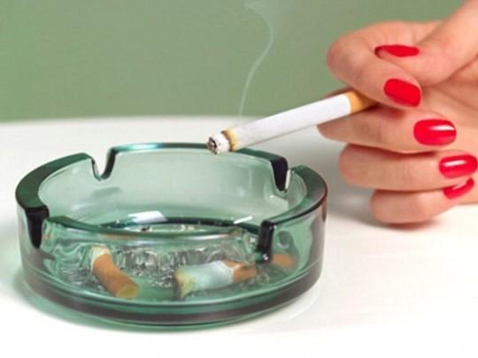 Nhiều người cho rằng giảm hút thuốc, thậm chí chỉ hút một điếu/ngày, sẽ không ảnh hưởng đến sức khỏe. Ảnh: Daily Mail.