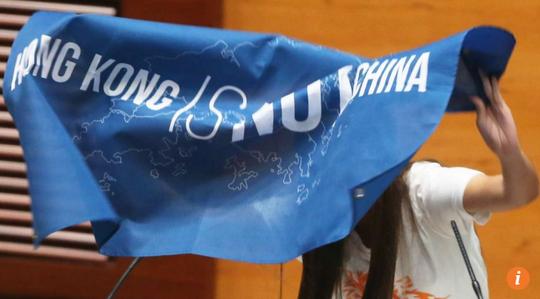 Nghị sĩ Yau Wai-ching cầm biểu ngữ ghi dòng chữ Hồng Kông không phải Trung Quốc. Ảnh: SCMP
