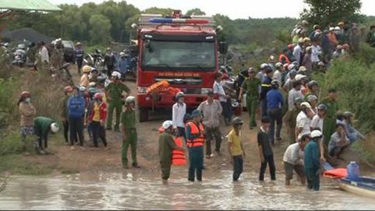 Công an tỉnh Bình Phước huy động xe và nhân lực cùng với địa phương tìm người phụ nữ bị nước cuốn