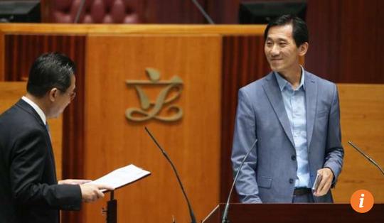 Nghị sĩ Edward Yiu Chung-yim (phải) tuyên thệ tới 2 lần nhưng vẫn bị bác bỏ. Ảnh: SCMP