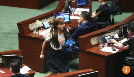 Nghị sĩ Yau Wai-ching về chỗ sau khi lời tuyên thệ cũng không được chấp nhận. Ảnh: SCMP