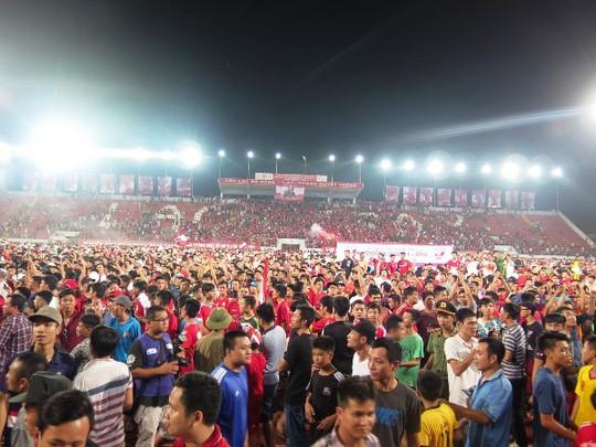 CĐV Hải Phòng mừng chiến thắng 3-0 trước Sông Lam Nghệ An trên sân Lạch Tray vào ngày 18-9
