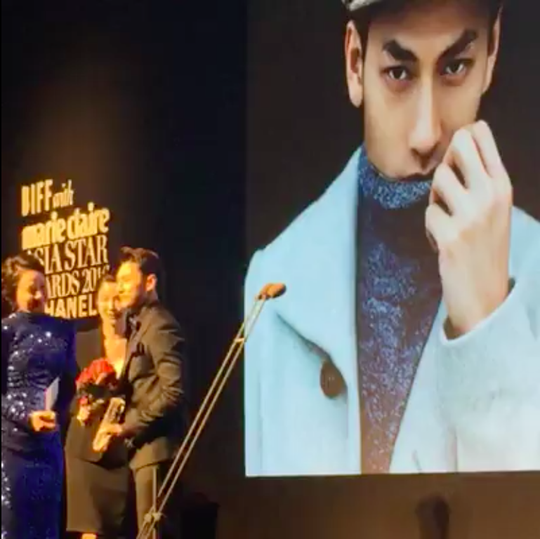 Khoảnh khắc nhận giải thưởng trên sân khấu, giải Ngôi sao mới
