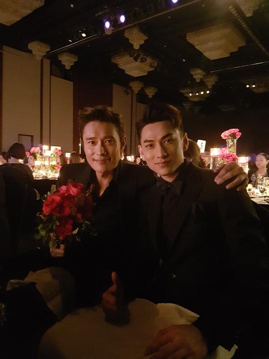 Ngồi cạnh thần tượng Lee Byung Hun, với Issac cũng là niềm hạnh phuc vô bờ