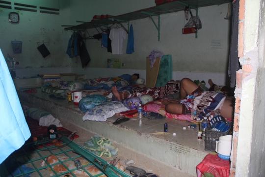 Những người trốn trại cai nghiện đã trở về cũng như một số người không bỏ trốn phải nằm nghỉ chung trong đống đổ vỡ.