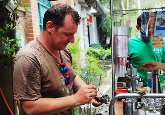 Điều mà vị khách nào cũng thấy khi đến uống cà phê của anh Vincent là nụ cười và những câu tiếng Việt lủng củng rất vui. Ảnh: Thái Nguyễn.