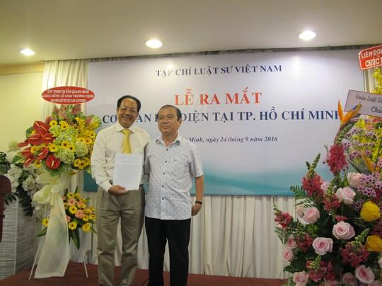 Nhà báo, luật sư Hoàng Hữu Nhân (trái) nhận quyết định Trưởng cơ quan đại diện phía Nam.