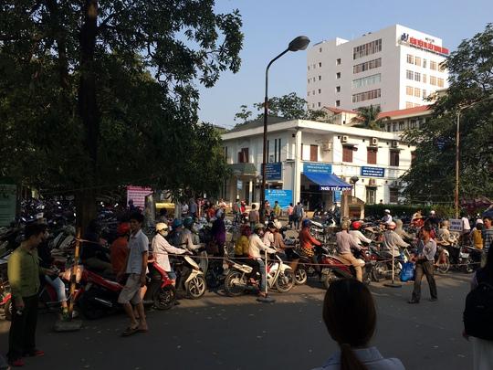 Hình ảnh đông đúc ở bãi gửi xe bệnh viện lớn nhất miền Bắc