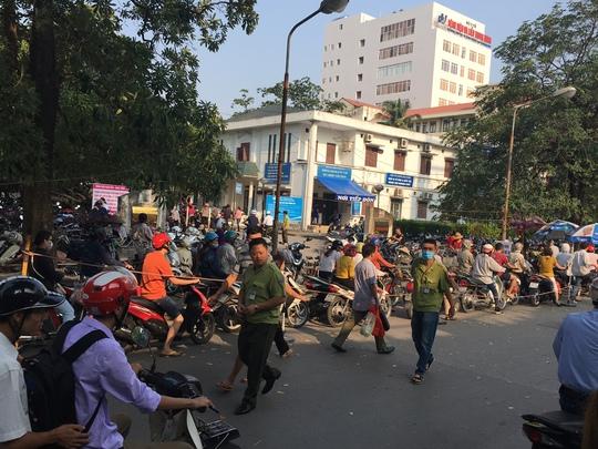 Lực lượng bảo vệ đã được huy động để phân làn, hướng dẫn khu vực gửi xe cho người dân đến khám và làm việc