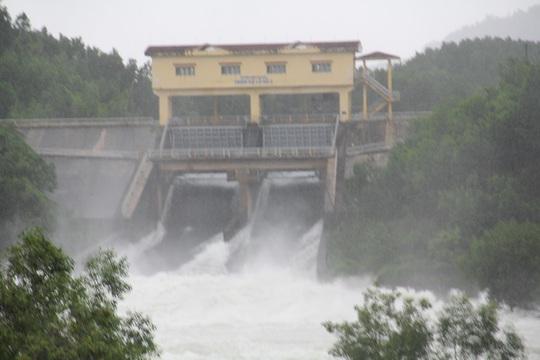 Mưa lớn cộng với việc hồ thủy điện, thủy lợi xả lũ khiến nhiều vùng ngập nặng
