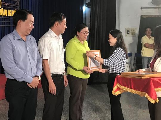 Lãnh đạo Đảng ủy Khối Dân - Chính - Đảng tặng giấy khen cho các tập thể, cá nhân điển hình dân vận khéo thuộc Đảng bộ Cơ quan LĐLĐ TP HCM. Ảnh: KIẾN QUÝ