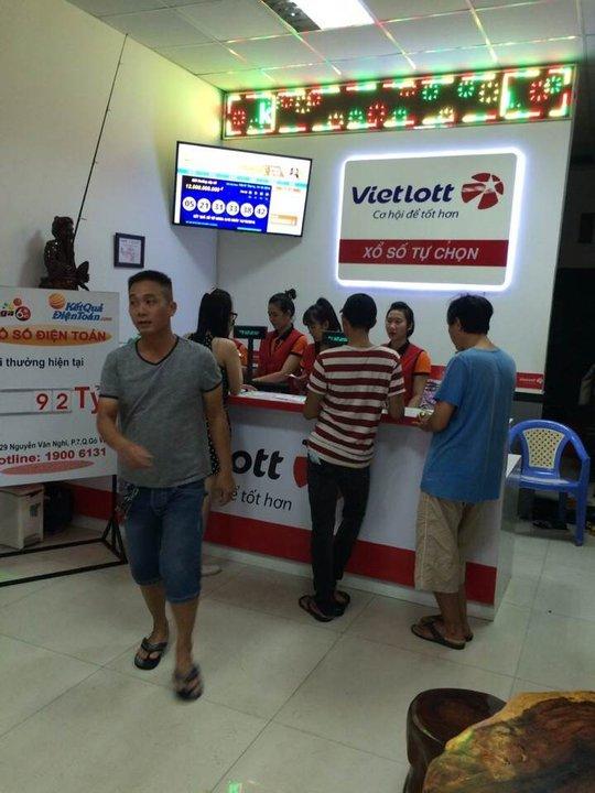 Người dân chọn mua vé số điện toán vào tối 16-10