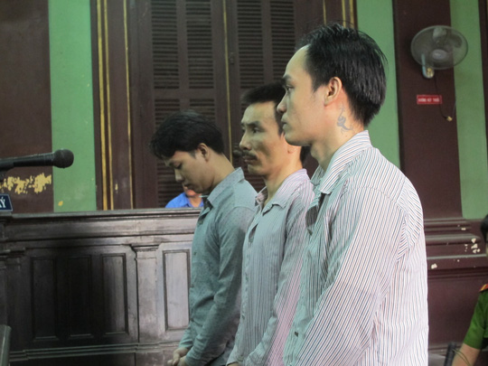 Đào Trung Hậu (ngoài cùng bên trái) cùng hai đồng phạm