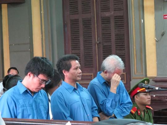 Phạm Văn Cử (tóc bạc) và các đồng phạm tại tòa