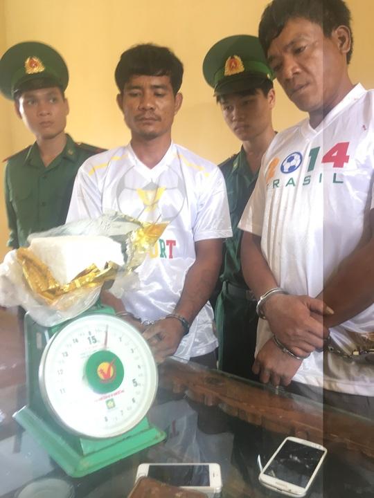 Hai đối tượng người Campuchia cùng tang vật khi bị bắt - Ảnh Bộ đội Biên phòng cung cấp