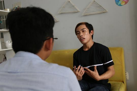 Tùng Sơn đang trao đổi với phóng viên Báo Người Lao ĐộngẢnh: Phong Lê