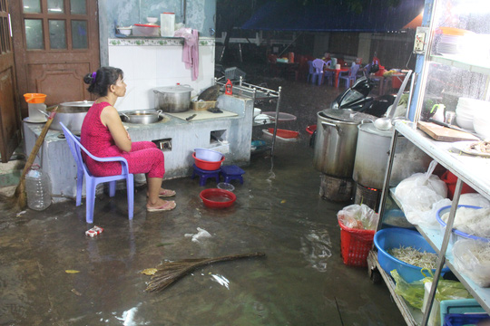 Người phụ nữ buồn rầu vì nước ngập, quán ăn ế ẩm trên Quốc lộ 13, quận Thủ Đức
